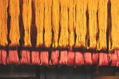 Siden- tråd från naturlig färgfärg till att väva Arkivbilder