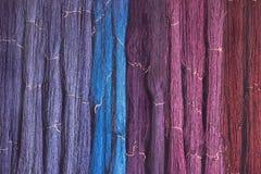 Siden- tråd från naturlig färgfärg till att väva Royaltyfri Bild