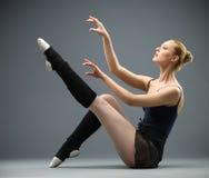 Sideview av dansen på golvballerina fotografering för bildbyråer