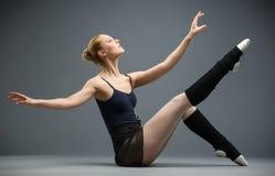 Sideview av dansen på trägolvballerina royaltyfria bilder