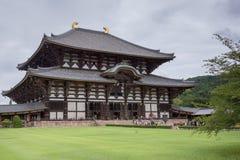 Sideview av den Todai-ji templet som inhyser den största Buddhastatyn Arkivfoton