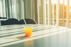 Sideview de bureau avec le jus d'orange Photo stock
