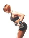 Sideview de la mujer apta del pelirrojo que hace la pesa de gimnasia encorvada t del dos-brazo Fotos de archivo libres de regalías