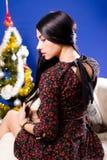 Sideview de la señora joven hermosa en vestido por otra parte Fotos de archivo libres de regalías