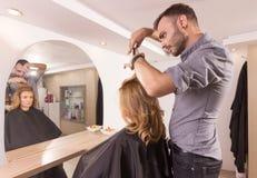 Sideview dei capelli di taglio dello specchio del parrucchiere Immagini Stock Libere da Diritti