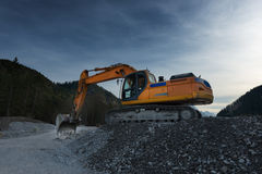 Sideview dell'escavatore arancio enorme della pala Fotografie Stock