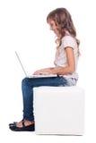 Sideview della ragazza di smiley con il computer portatile Immagine Stock Libera da Diritti
