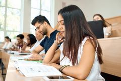Sideview des jungen Studenten prepearing für Prüfungen in der Universität lizenzfreies stockfoto