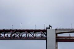 Sideview des roten Stahlträgers und der Brücke der konkreten Säule Lizenzfreie Stockfotografie