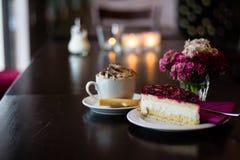 Sideview des Stückes des Himbeercremekuchens auf Holztisch stockfotografie