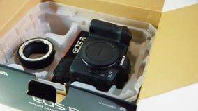 Sideview di EOS R di Canon della macchina fotografica di Mirrorless stock footage