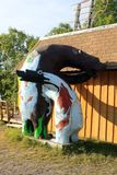 Sideview infödd skulptur av björnen och gröngölingen, tranbär Portage, Manitoba arkivbild