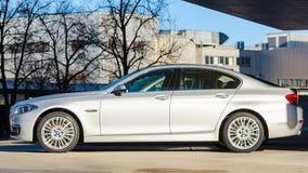 Sideview nowy nowożytny wzorcowy BMW 535i sedan obrazy stock