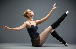 Sideview taniec na drewnianej podłogowej balerinie Obrazy Royalty Free