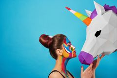 Sideview van pop-artportret van model die kleurrijke cijfers aangaande haar gezicht dragen Royalty-vrije Stock Fotografie