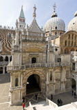 Sideview von St- Mark` s Basilika, Venedig lizenzfreie stockfotografie