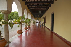 Sidewalk and old Mexican colonial archways in Valladolid, Yucatan Peninsula, Mexico Stock Photo