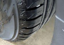 Sidewall lustrado do pneu de carro no fim da borda da roda da liga acima imagem de stock