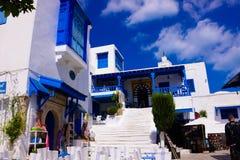 Sidi Bou εν λόγω - άσπρο και μπλε Café πεζούλι, αραβική αρχιτεκτονική Στοκ εικόνα με δικαίωμα ελεύθερης χρήσης