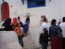 Sidi Bou disse, TUNÍSIA - 11 de maio de 2013 Os adolescentes comunicam-se na rua Imagem de Stock