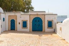 SIDI BOU POWIEDZIAŁ, TUNEZJA, LIPIEC - 19, 2018: Tradycyjni błękitni drzwi z ornamentami w Sidi Bou Powiedzieli, Tunezja, Afryka obrazy stock