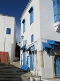 Sidi Bou Said, famouseby med traditionell tunisian arkitektur royaltyfria foton