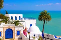 Sidi Bou Said - Mittelmeer und Palme Stockfoto