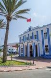 Sidi Ifni, Марокко - 20-ое сентября 2013: Красивое голубое и белизна помыли Гостиницу de Ville на карусели в городском центре стоковые фото