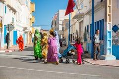 Sidi Ifni, Marrocos - 11 de novembro de 2016: Cenas completamente das cores dentro Imagens de Stock