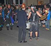 SIDMOUTH, ДЕВОН, АНГЛИЯ - 10-ОЕ АВГУСТА 2012: Человек одетый как пожарный и другие одетые как старый воин принимают участие в стоковые фотографии rf