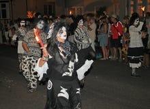SIDMOUTH, DEVON, ENGLAND - 10. AUGUST 2012: Ein Tanz troup, das in den sehr unheimlichen Schwarzweiss-Kostümen gekleidet wird, ne lizenzfreie stockfotos