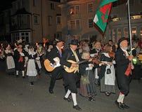SIDMOUTH DEVON, ENGLAND - AUGUSTI 10TH 2012: En grupp av walesiska aktörer tar delen i nattetidbokslutprocessionen av folk royaltyfri foto