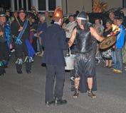 SIDMOUTH DEVON, ENGLAND - AUGUSTI 10TH 2012: En man som kläddes som en brandman och andra, klädde som en forntida krigaretaganded royaltyfria foton