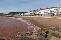 Sidmouth strand och sjösida Devon England UK med en sikt längs den Jurassic kusten Royaltyfri Bild