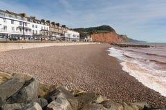 Sidmouth strandsjösida och hotell Devon England UK med en sikt längs den Jurassic kusten Arkivfoton