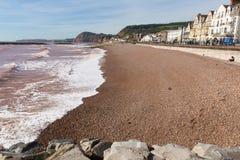 Sidmouth wyrzucać na brzeg Devon Anglia UK z widokiem wzdłuż Jurajskiego wybrzeża Zdjęcia Stock