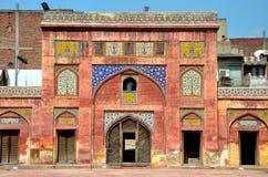 Sidobåge med den kashikarifrescoes- och tegelplattaWazir Khan moskén Lahore Pakistan royaltyfri bild