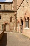 Sidobyggnader på abbotsklosterborggården, Pomposa, Italien Arkivfoto