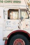 Sidodörr av en vit gammal buss royaltyfri fotografi
