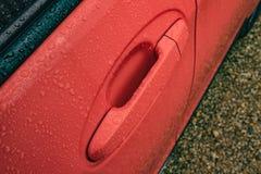 Sidodörren av en detalj för visning för nybyggd hybrid- bil av dörrhandtaget som ses efter en down, häller royaltyfri fotografi