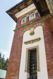 Sidofönster av Biserica Mare The Great Church på den Sinaia kloster arkivfoton
