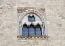 Sidofönster Castel Del Monte i Andria i sydostliga Italien Royaltyfri Bild
