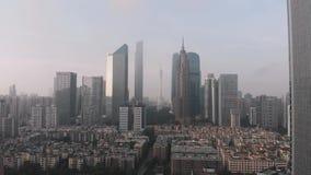 Sidoflyg av surret I ramen av bostadsområde skyskrapor och kantontorn berlin byggnadskontor Soluppgång i Guangzhou, lager videofilmer