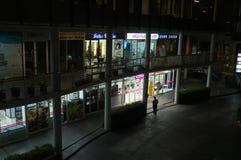 Sidogata av den Saphan Khwai stationen på natten fotografering för bildbyråer