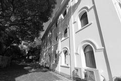 Sidohus av den svartvita bilden för gulangyukatolsk kyrka Arkivbilder
