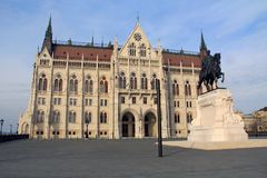 Sidoingång av den ungerska parlamentbyggnaden i Budapest, Ungern Arkivbild