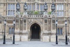 Sidoingångsdörr av hus av parlamentet, Westminster; London Royaltyfri Bild