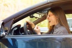 Sidoprofil av en ilsken chaufför royaltyfria bilder