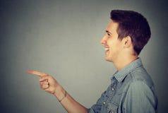 Sidoprofil av en skratta man arkivfoton
