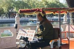 Sidoprofil av mannen på rickshaws royaltyfri foto